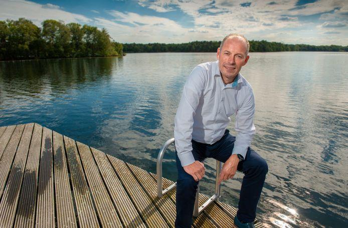 Rob Brekelmans - voorzitter van zwemvereniging De Dommelbaarzen - met op de achtergrond de IJzeren Man