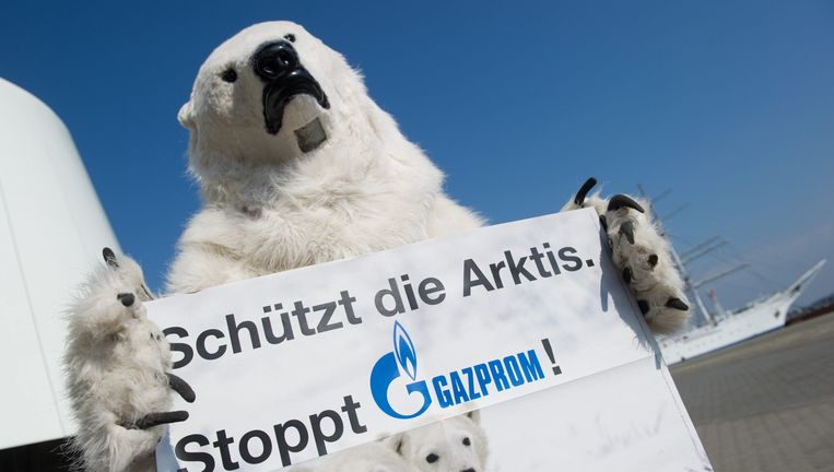 Een Greenpeace-activist demonstreert tegen het winnen van Noordpoololie. Beeld EPA