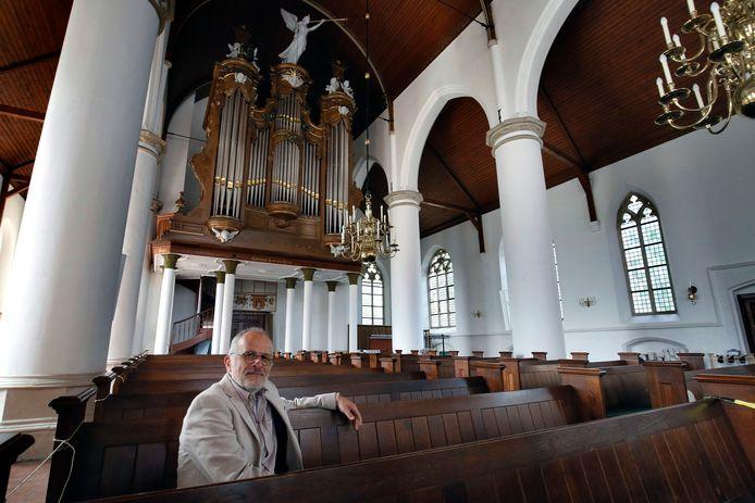 Organist Daan Grijzenhout met op de achtergrond het Bätz-Witte orgel in de St. Catharinakerk te Asperen.