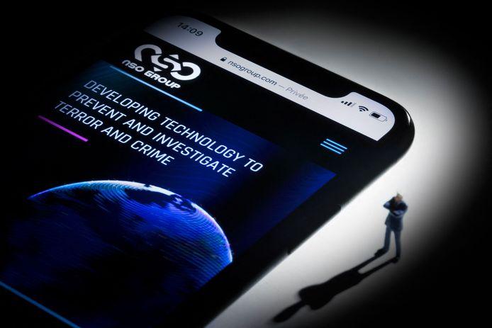 """Cette illustration montre un smartphone avec le site Web du groupe israélien NSO qui comporte le logiciel espion """"Pegasus"""", exposé à Paris le 21 juillet 2021."""