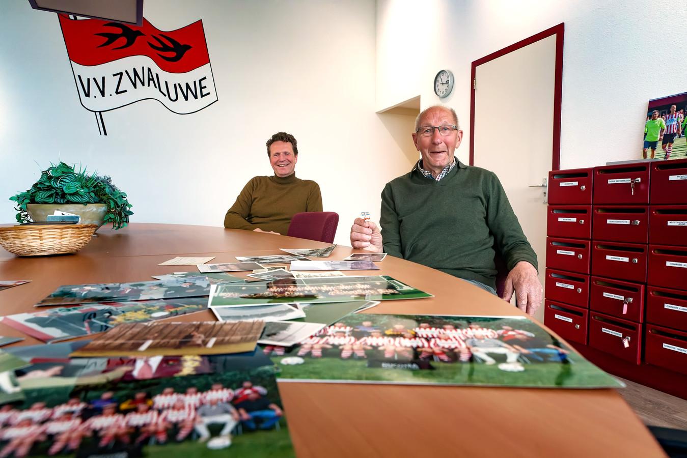 VV Zwaluwe bestaat 75 jaar, maar kan door corona helaas geen groots jubileumfeest vieren. Piet Lucas (r), een van de oudste leden, blikt terug met bestuurslid Wilfried Bossers.