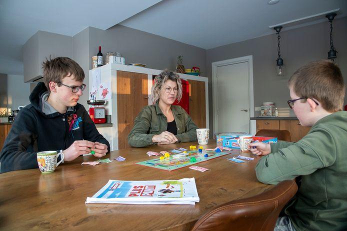 'Gezinsouder' Lubbertine, gastouder van 's Heeren Loo, met kinderen Sem (links) en Marten.