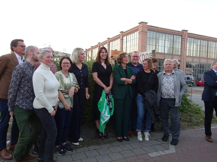 Gedeputeerde An Vervliet omringd door de mensen van de winnende erfgoedgemeenschap Waarschootstof