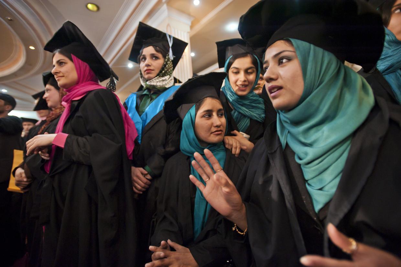 Vrouwen behalen hun diploma Taal en Literatuur aan de universiteit van Kaboel, 2010. Beeld © Lynsey Addario / 2021 The Atlantic Monthly Group, Inc.   All rights reserved. Distributed by Tribune Content Agency