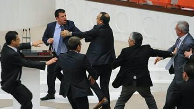 Parlementariërs op de vuist in Turkije