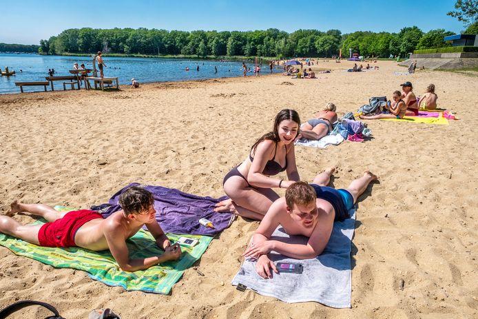 Gatlin Streng is samen met vriendin Tessa Wijers en Justin Bos lekker van de zon aan het genieten in Plasmolen.
