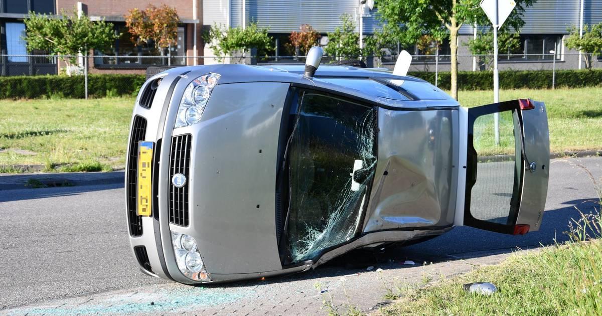 Auto na aanrijding op zijn kant in Lelystad, bestuurster raakt gewond.