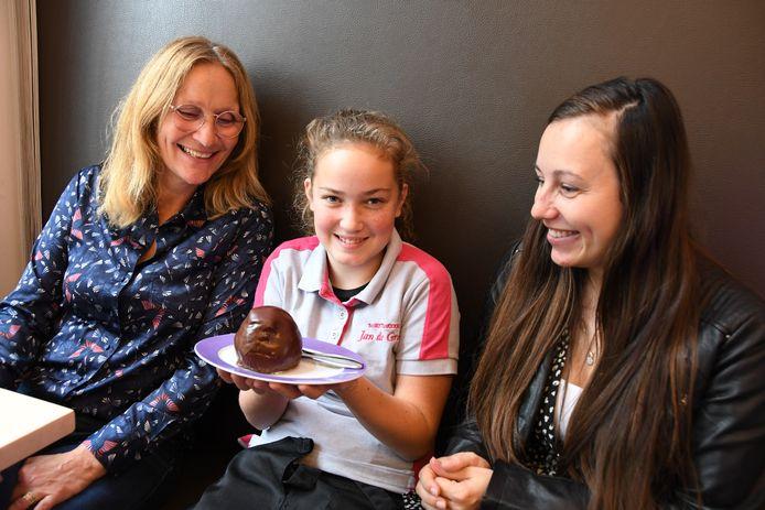 De 11-jarige Lizz van den Broek, leerling van KC 't Schrijverke, tussen de leerkrachten Inge Westerduin en Lieke van Iperen.