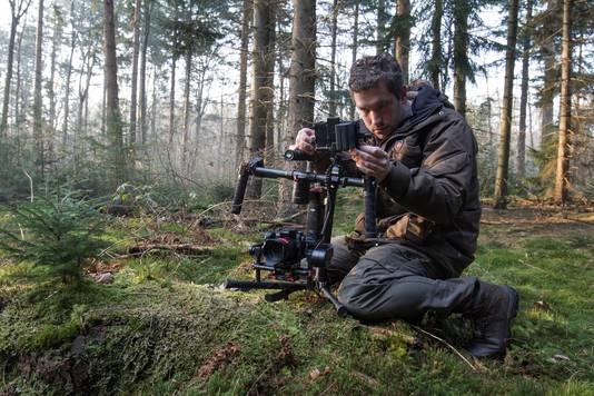 Alle apparatuur, voor dat ene perfecte shot, moet worden meegezeuld door het bos