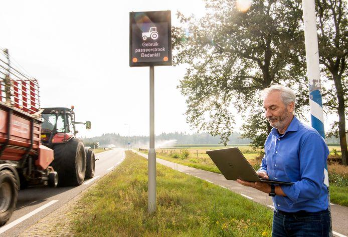 Jurgen van Kreij van Innovadis langs de Vliegveldstraat bij het matrixbord dat de bestuurder van een tractor meldt dat hij aan de kant moet om de doorstroming te bevorderen. Met een soortgelijk systeem worden automobilisten in de toekomst gewaarschuwd dat wild gaat oversteken.