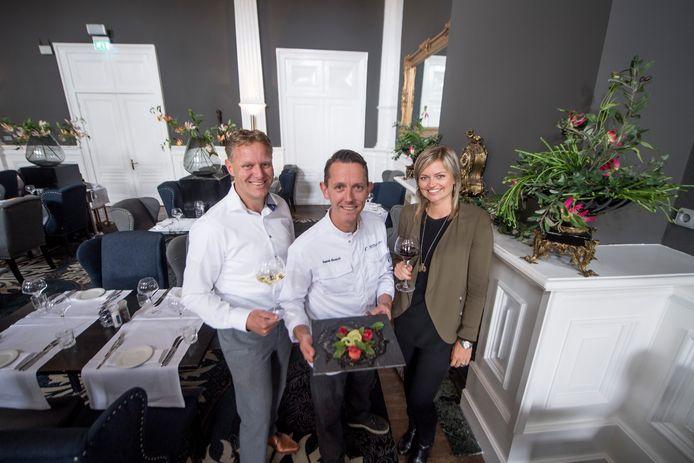 Stephan Regeling, Rene Bosch en Anniek Hatzmann heten u van harte welkom bij De Sociëteit in Almelo.