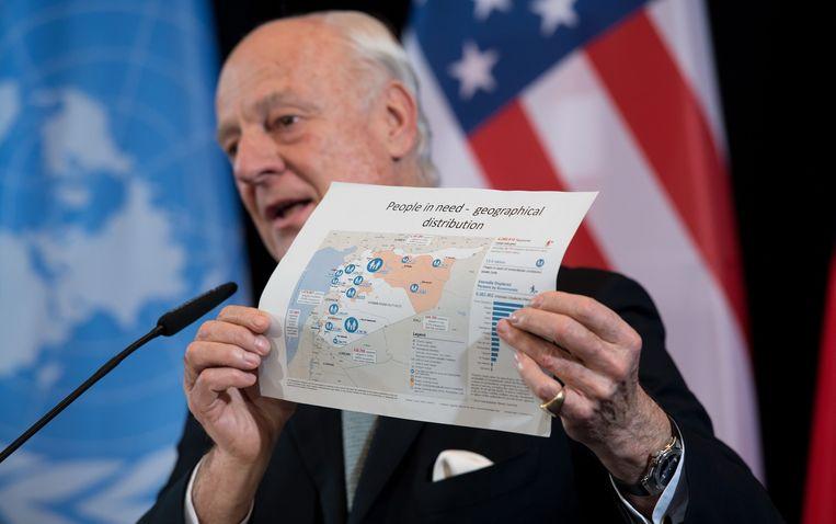 VN-gezant voor Syrië Staffan de Mistura tootn een kaart van Syrië en waar de grootste humanitaire noden zijn. Beeld EPA