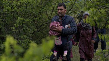 Persfotograaf betrapt migranten die erin slagen Macedonië binnen te dringen