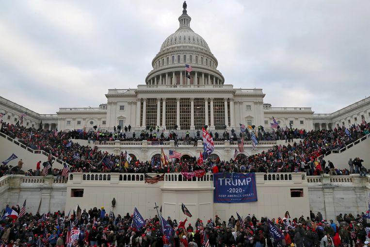 Aanhangers van oud-president Donald Trump bestormen het Capitool in Washington op 6 januari van dit jaar. Beeld REUTERS