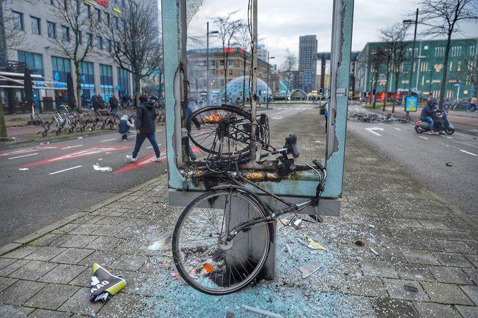 Abri vernield met fiets.