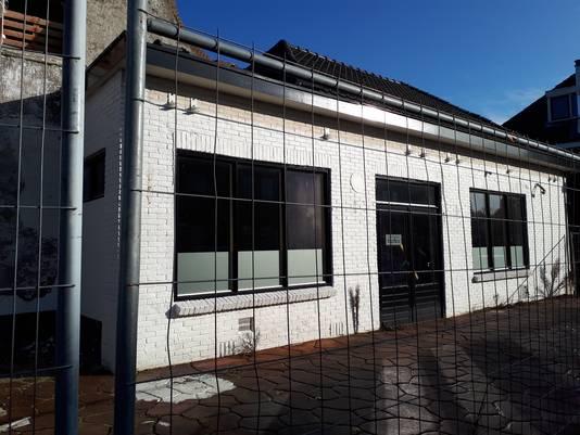 Aan de Henri Dunanstraat is het oude café afgeschermd met bouwhekken.