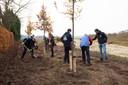 Vrijwilligers van Intents en Duurzaamheidsvallei aan het werk om het retentiebekken achter Sportpark Den Donk in het groen te zetten (4)