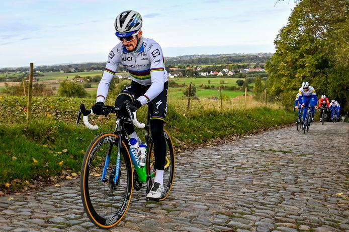 Julian Alaphilippe verkent het parcours van de Ronde van Vlaanderen van zijn ploeg.