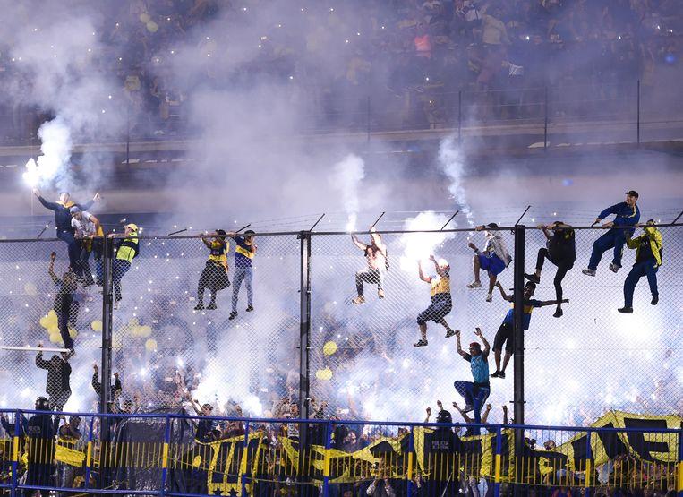De fans van Boca Juniors bewezen al meermaals dat de hoge hekken rond het veld hen niet afschrikken.