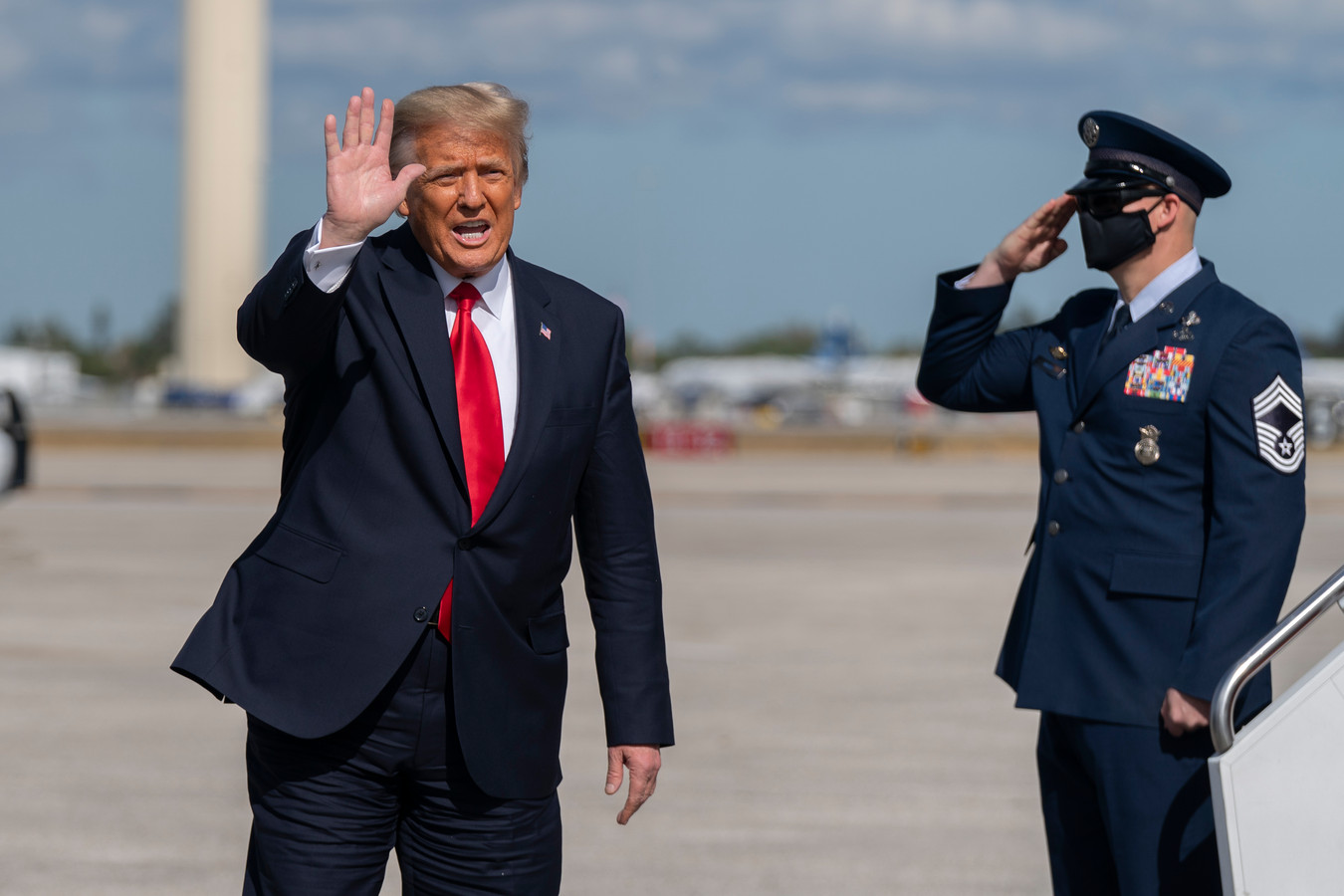 Voormalig Amerikaans president Donald Trump zwaait naar zijn aanhang op de luchthaven van West Palm Beach in Florida, na zijn vertrek uit het Witte Huis woensdag.