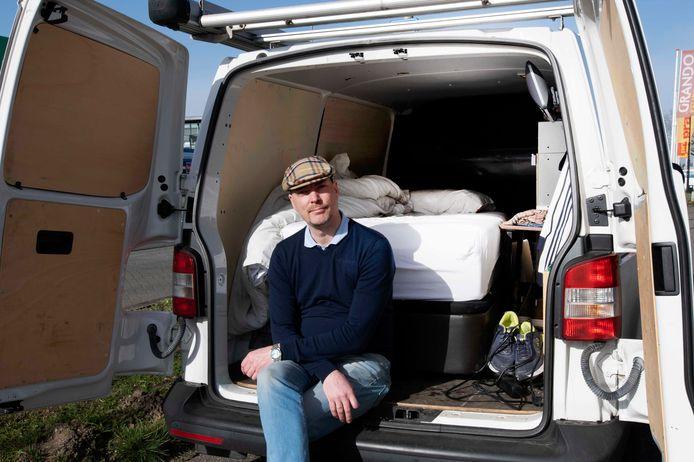 """Jochem van Esch slaapt 's nachts in zijn bus. ,,Om weer fatsoenlijk mee te kunnen in het systeem, moet ik eerst aan de regels voldoen. Maar die zitten zo dicht geplamuurd dat ik er niet tussen kan komen."""""""