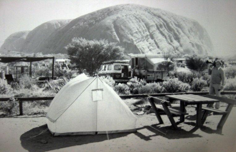 Het tentje waaruit Azaria Chamberlain in 1980 door een dingo werd weggesleept. Op de achtergrond Ayers Rock. Beeld EPA