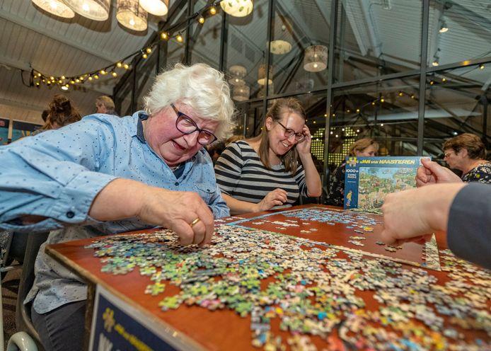 Hoe leg je zo snel mogelijk duizend stukjes? Dat is de opdracht bij het jaarlijkse NK Legpuzzelen in Roelofarendsveen. Maar het jaar 2020 krijgt definitief geen winnaar.