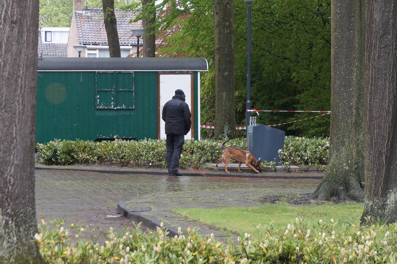 De politie zoekt met honden op het Lariksplein naar sporen.