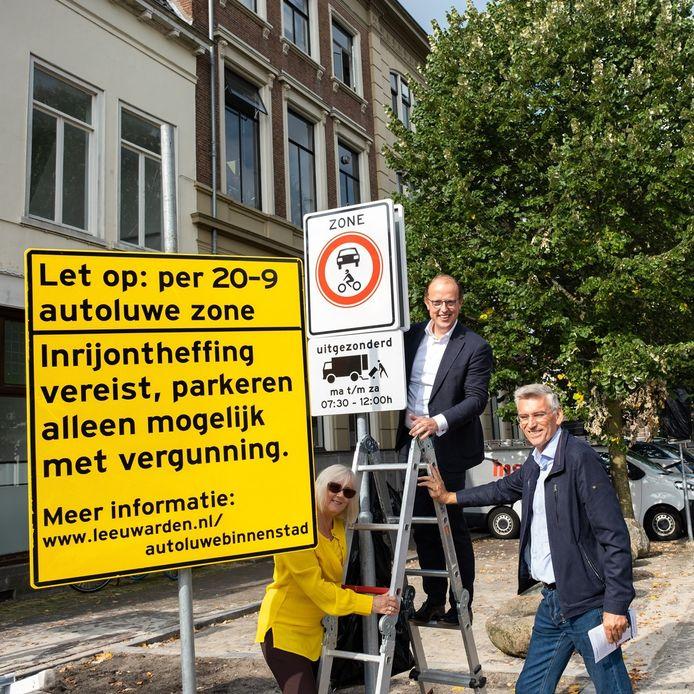 Van links naar rechts: Maaike Venema (Wijkpanel Binnenstad), Friso Douwstra (Wethouder Verkeer) en Hayo Galema (binnenstadsmanager).