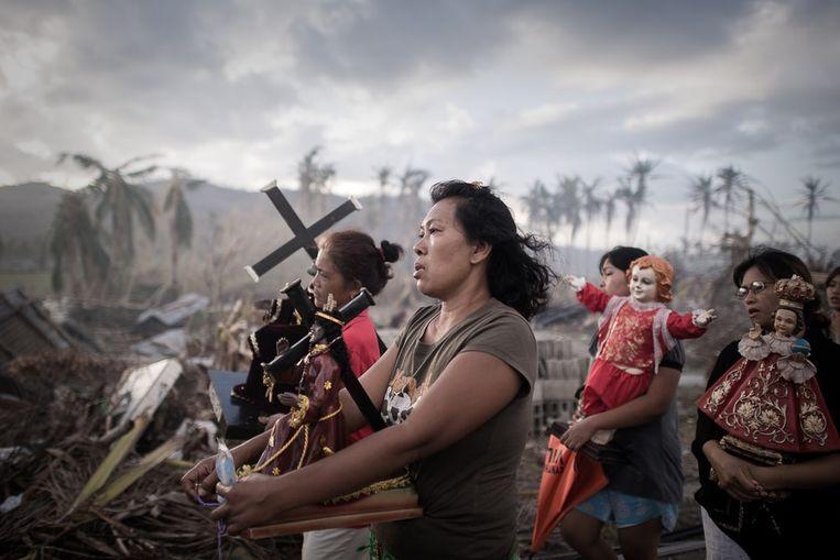 Eerste prijs Hard Nieuws<br /><br />Overlevenden van de tycoon Haiyan houden een religieus ritueel op Leyte. Beeld Phillipe Lopez