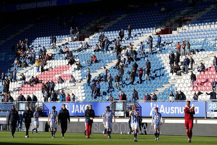De spelers van Heerenveen bedanken het publiek na de 0-2 nederlaag tegen PEC Zwolle.
