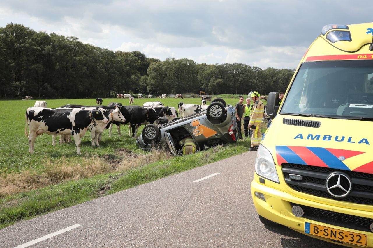 De auto belandde na een botsing in een sloot in Vilsteren.