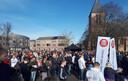 Mensen stonden dicht op elkaar tijdens de manifestatie op het marktplein in Spijkenisse.