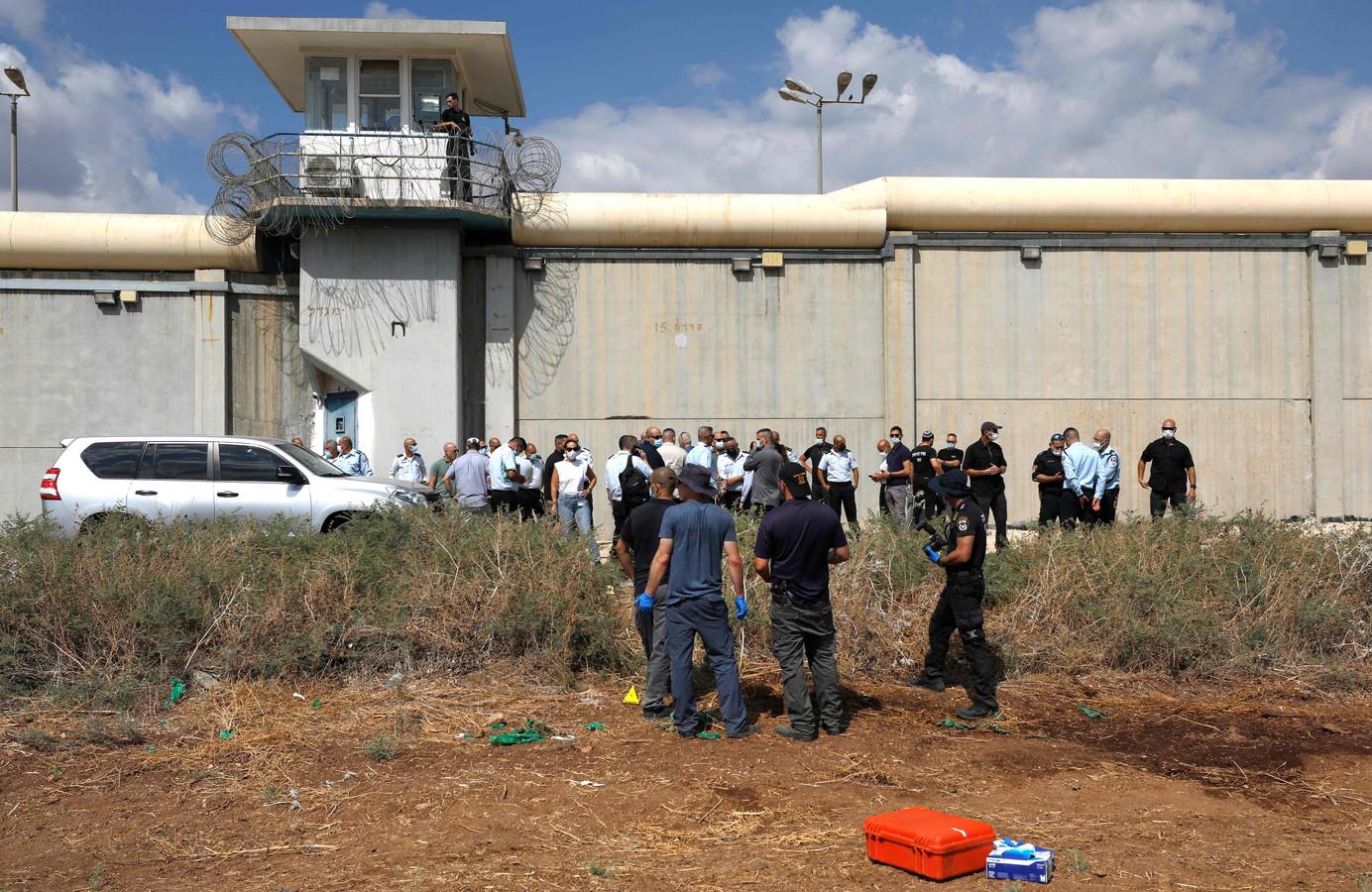 Israëlisch veiligheidspersoneel zoekt bij de tunneluitgang naar sporen van de zes.