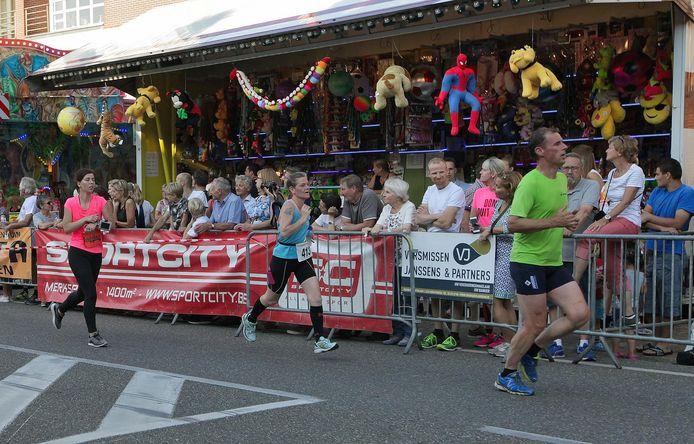 Archiefbeeld: de bezoekers van de kermis moedigden de deelnemers van de Stratenloop aan.