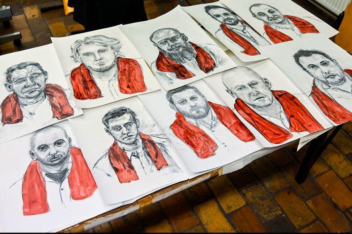 De portretten zijn gemaakt met houtskool, de handdoeken ingekleurd met rode inkt.