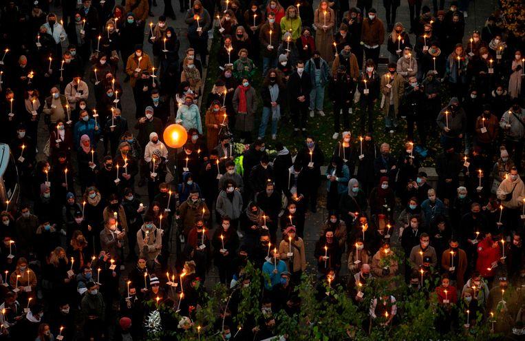 In Wenen kwamen mensen met een kaars op straat om de slachtoffers van de aanslag vorige week te herdenken. Beeld AFP