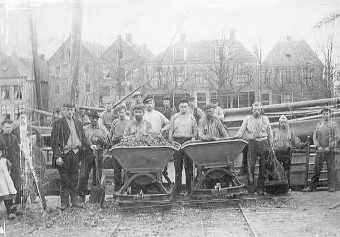 Sjouwers aan de Eemhaven, op de kade van de Kleine Koppel (ca. 1915).