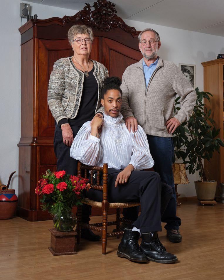 Jonathan Bongani Jonkman (27) en zijn ouders Henk Jonkman (71) en Aurelia Jonkman (69) Beeld Erik Smits