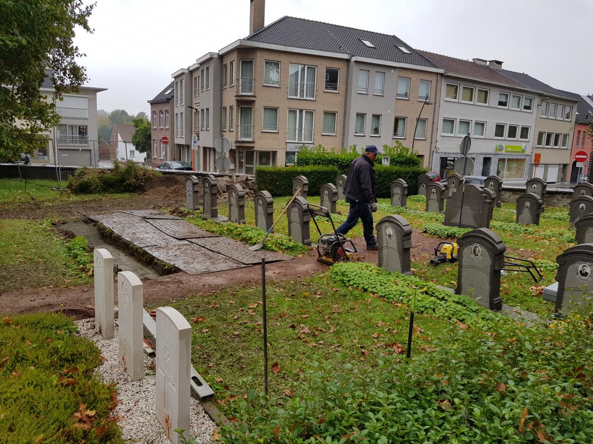 Een externe firma knapte eerder al de graven van de oudstrijders op rond de kerk van Sint-Pieters-Leeuw.