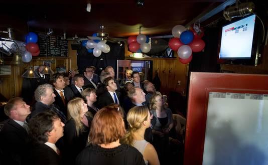 PVV'ers kijken naar de exitpolls van de verkiezingen voor het Europees Parlement.