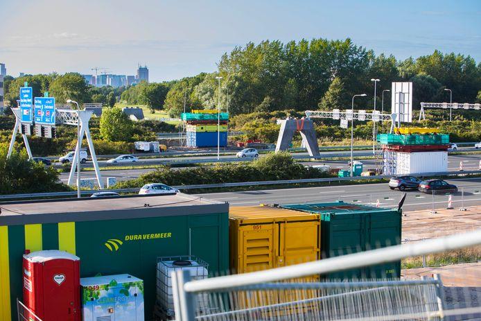 De A4 bij Ypenburg. Al heel wat voorbereidingen zijn getroffen voor de aanleg van het viaduct op deze plek.