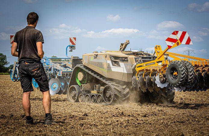 De tractor robot op een akker langs de Tweede Kruisweg in 's-Gravendeel.