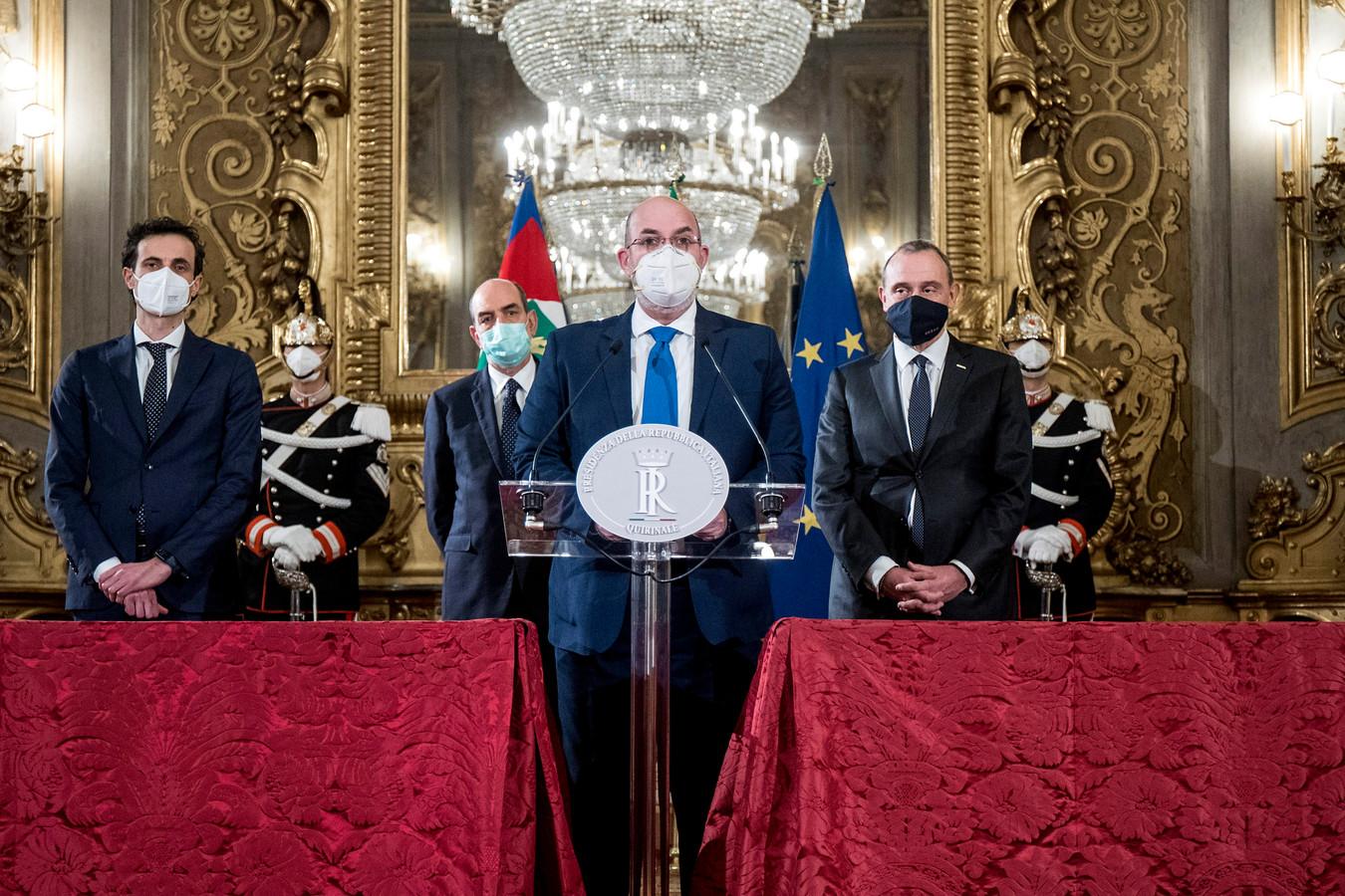 De leider van de Vijfsterrenbeweging Vito Crimi (midden).