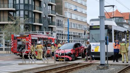Auto gegrepen door tram