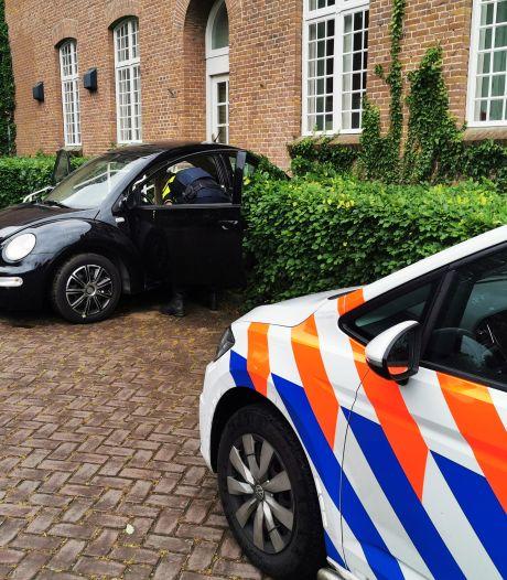 Auto knalt tegen woning Babberich, politie op zoek naar drie weggevluchte jongens
