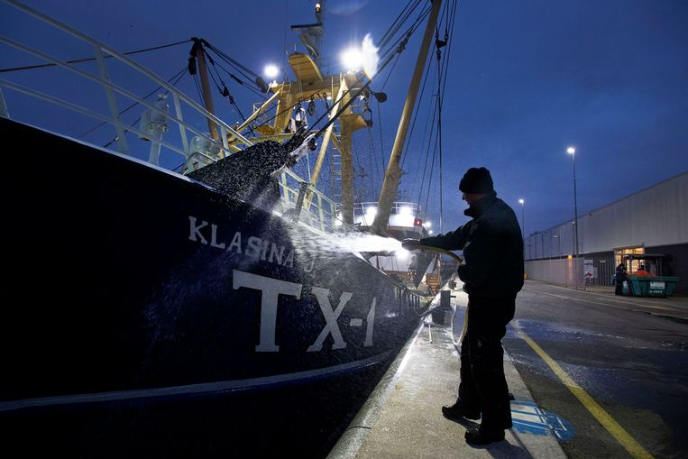 De TX1 wordt schoongespoten voor de terugreis naar Texel. Beeld Olaf Kraak