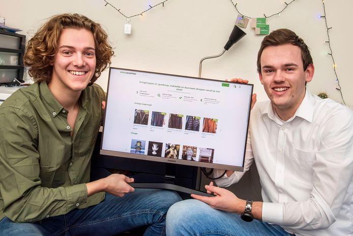 Stijn Smits en Koen Dierink (rechts) hopen dat tweedehandswinkels uit heel Nederland zich aansluiten bij kringshoppen.nl