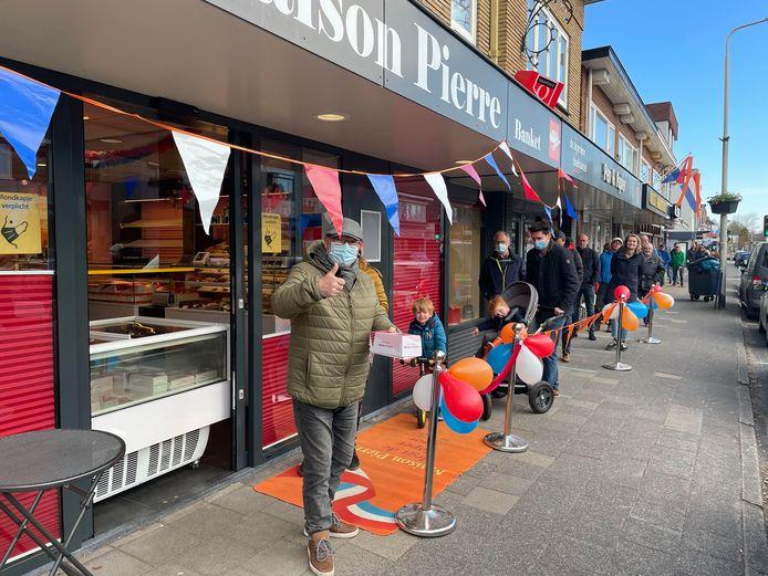 Een lange rij voor Maison Pierre aan de Leusderweg in Amersfoort.