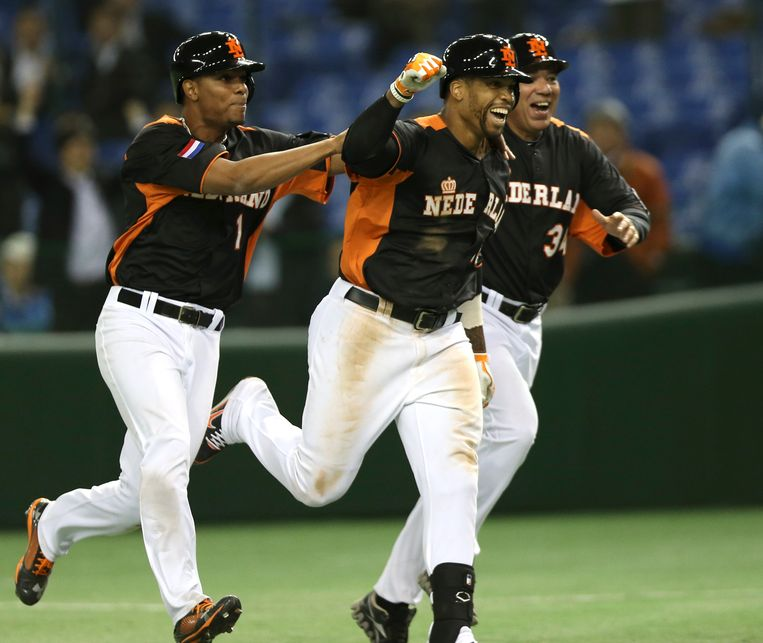 Netherlands' centerfielder Kalian Sams, center, celebrates with teammate Xander Bogaerts, left, and coach Wirn Martinus after hitting a walk-off sacrifice fly to beat Cuba 7-6 in their World Baseball Classic second round game at Tokyo Dome in Tokyo, Monday, March 11, 2013. (AP Photo/Toru Takahashi) Beeld AP